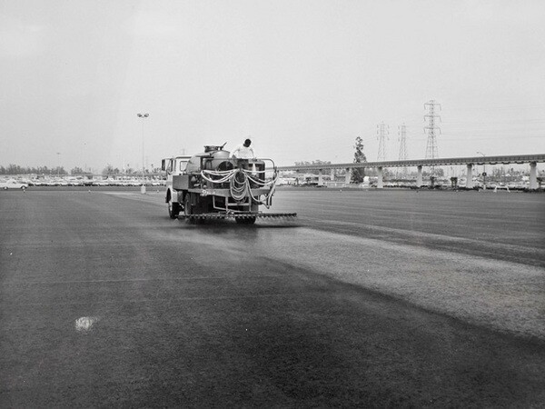 Slurry-sealing the Disneyland parking lot in Anaheim. Courtesy of the Watson Family Photographic Archive.