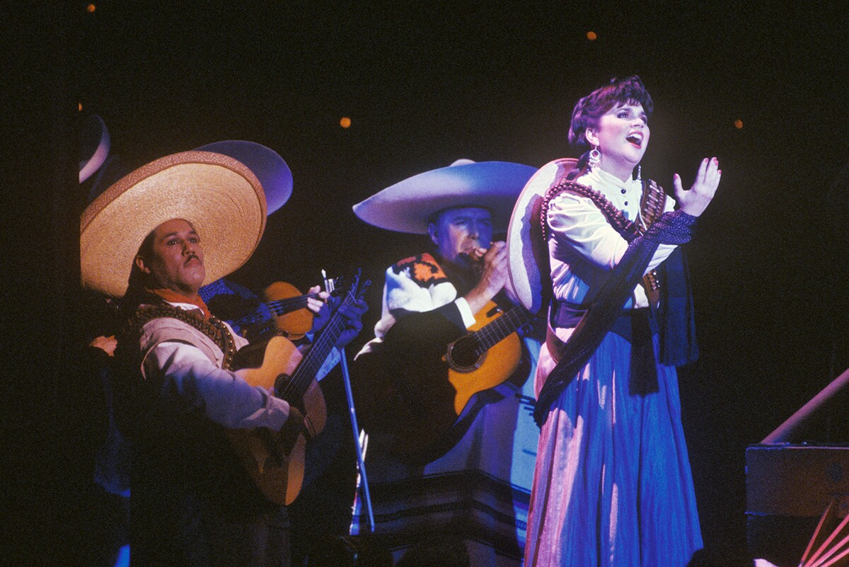 "Singer Linda Ronstadt belts out songs in Spanish from her ""Canciones de Mi Padre"" album at a 1988 Los Angeles, California concert. 