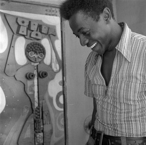 Elliott Pinkney looking at decorative art on front of Arena | By Willie Ford, courtesy of California State University, Los Angeles