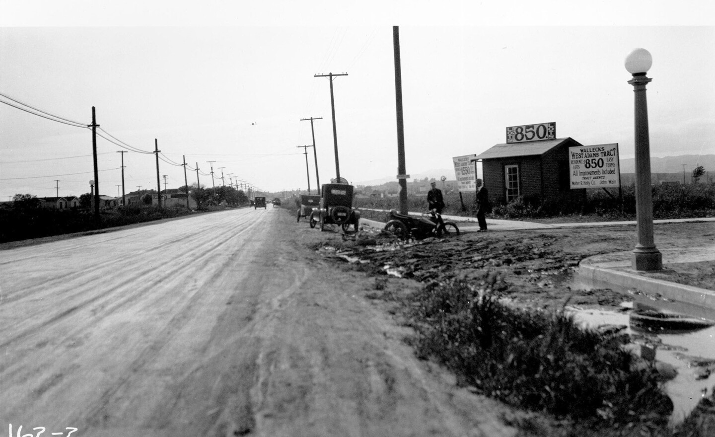 West Adams Boulevard at Caldwell Avenue (now Ridgley Drive), 1923. Courtesy of the Automobile Club of Southern California Archives.