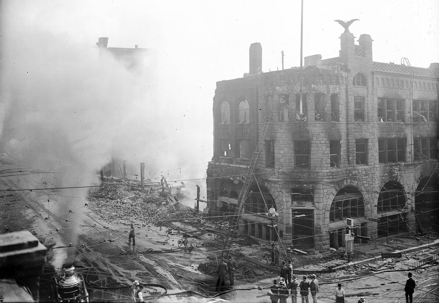 Smoldering ruins of the Los Angeles Times building, 1910