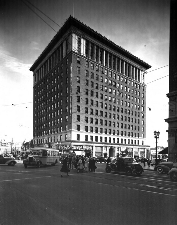 A 1939 view of the Taft Building, Hollywood's first limit-height building. Courtesy of the USC Libraries - Dick Whittington Photography Collection.