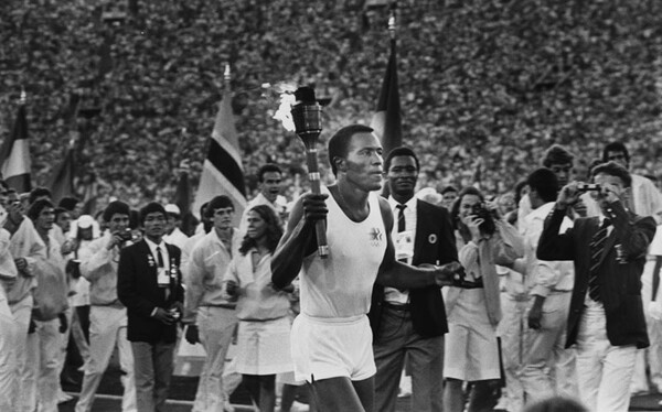 l84_rafer_johnson_with_olympic_torch.jpg
