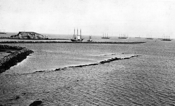Ships enter the harbor near Dead Man's Island, circa 1905. Courtesy of the USC Libraries - California Historical Society Collection.