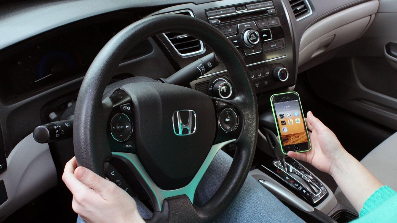 uber_driver_opening_uber_app_on_phone_1920.jpg
