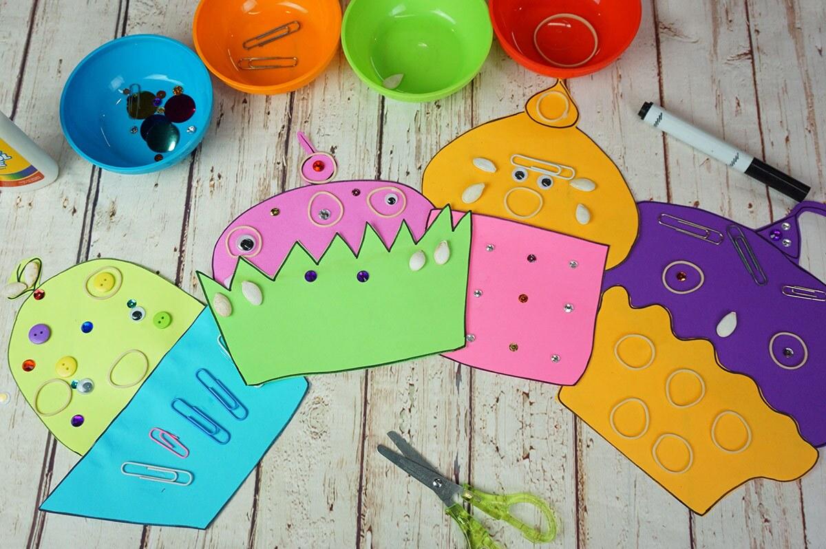 Coloridos pastelitos hechos de papel y decorados con lentejuelas de colores, ligas, botones, ojos saltones y clips de papel.