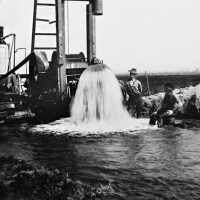 Artesian well in northern Long Beach at the turn of the 20th century.