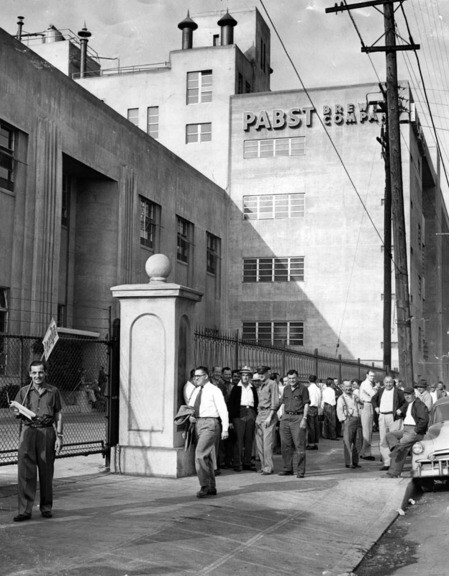 A wage strike at Pabst Brewery, 1954 | Photo: Herald-Examiner Collection, Los Angeles Public Library
