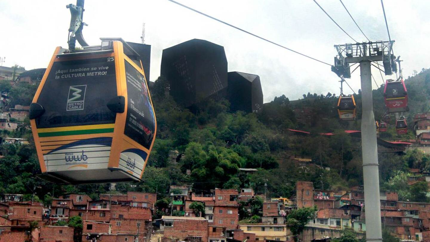 ARCHIVE PHOTO: Cable cars pass above the town of Medellin March 1, 2013. | REUTERS / Albeiro Lopera