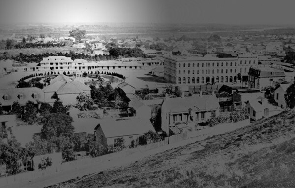 El Aliso appears in the distance in this circa 1876 photo of the Plaza and Pico House. Courtesy of the Title Insurance and Trust / C.C. Pierce Photography Collection, USC Libraries.