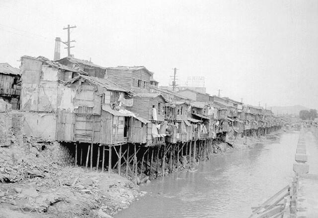 Refugee huts on the Cheonggyecheon.