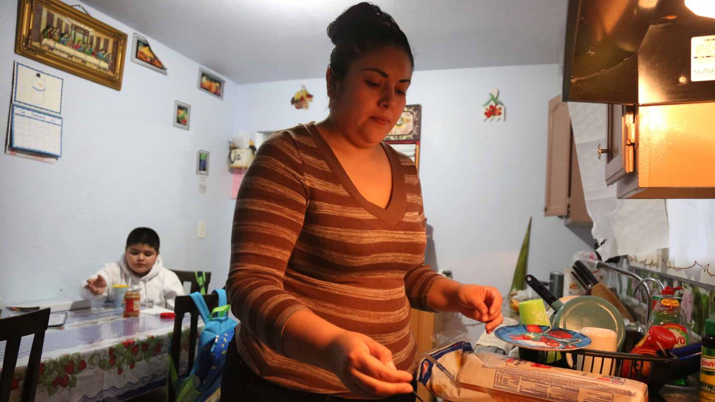 Mother worries that her undocumented children will lose health coverage if Obamacare ends | Photo by Maria J. Avila