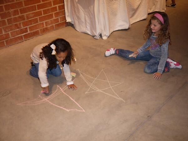 Kids use chalk to make art at RAC Design Build | Photo: George Villanueva