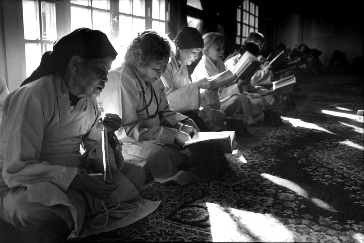 Early morning during a three-day retreat at the Vietnamese Buddhist Temple, Los Angeles, 1982 | Don Farber