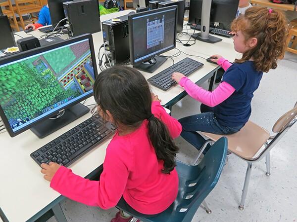 Minecraft_GirlsAtComputers