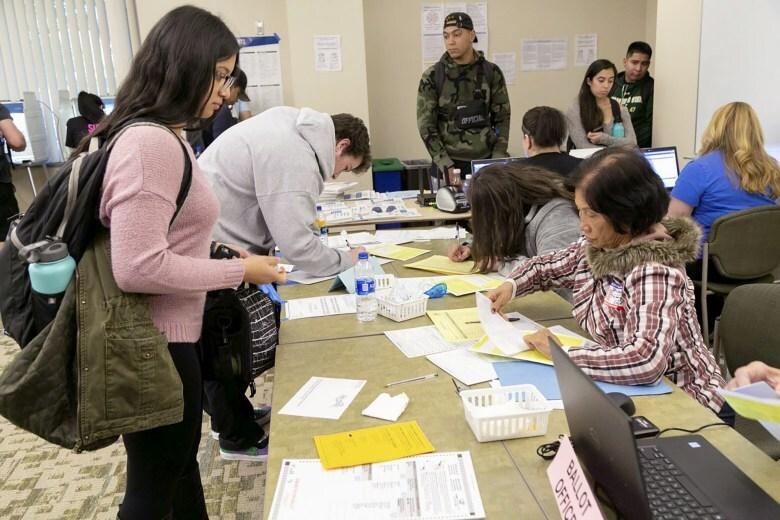 Los estudiantes de la Universidad Estatal de Sacramento votan en el campus, el 6 de noviembre de 2018. | Eucario Calderón, The State Hornet, cortesía de CalMatters