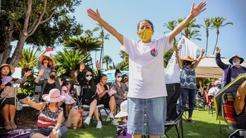 Susana Braxton ora durante el Día Nacional de Oración por la Libertad Religiosa frente al Centro de Administración del Condado en el centro de San Diego el 8 de agosto de 2020.   Sandy Huffaker/CalMatters