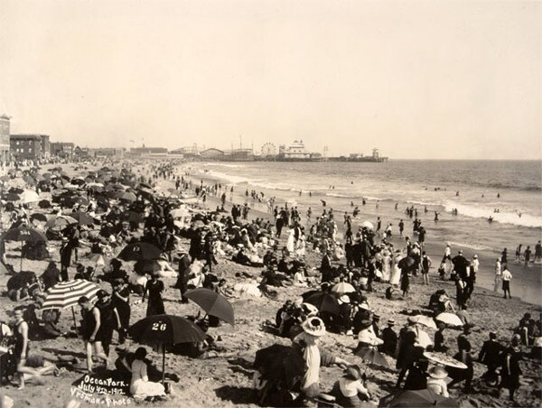 A crowded Ocean Park beach on July 4, 1912. Photo by Harry Vroman, courtesy of the Braun Research Library Collection, Autry National Center.