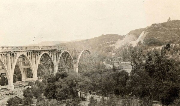 The Colorado Street Bridge under construction in 1913. Courtesy of the Harrington & Cortelyou, Inc. Consulting Engineers Collection, Pasadena Public Library.