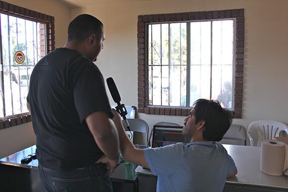 Interview with conference participant. Mercado de Artesanias de La Linea. San Ysidro Port of Entry, Tijuana. | Photo: Mael Vizcarra.