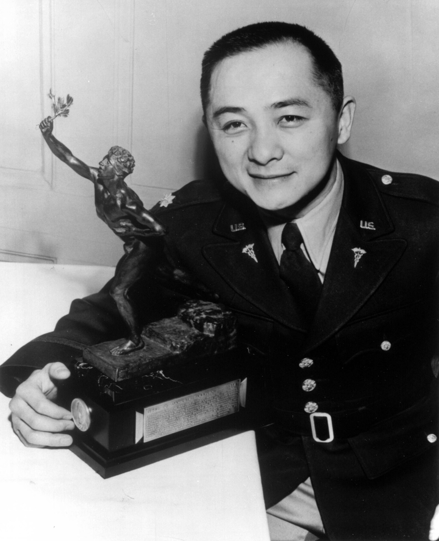 Lee, in his U.S. Army uniform, accepts the 1953 Sullivan Award