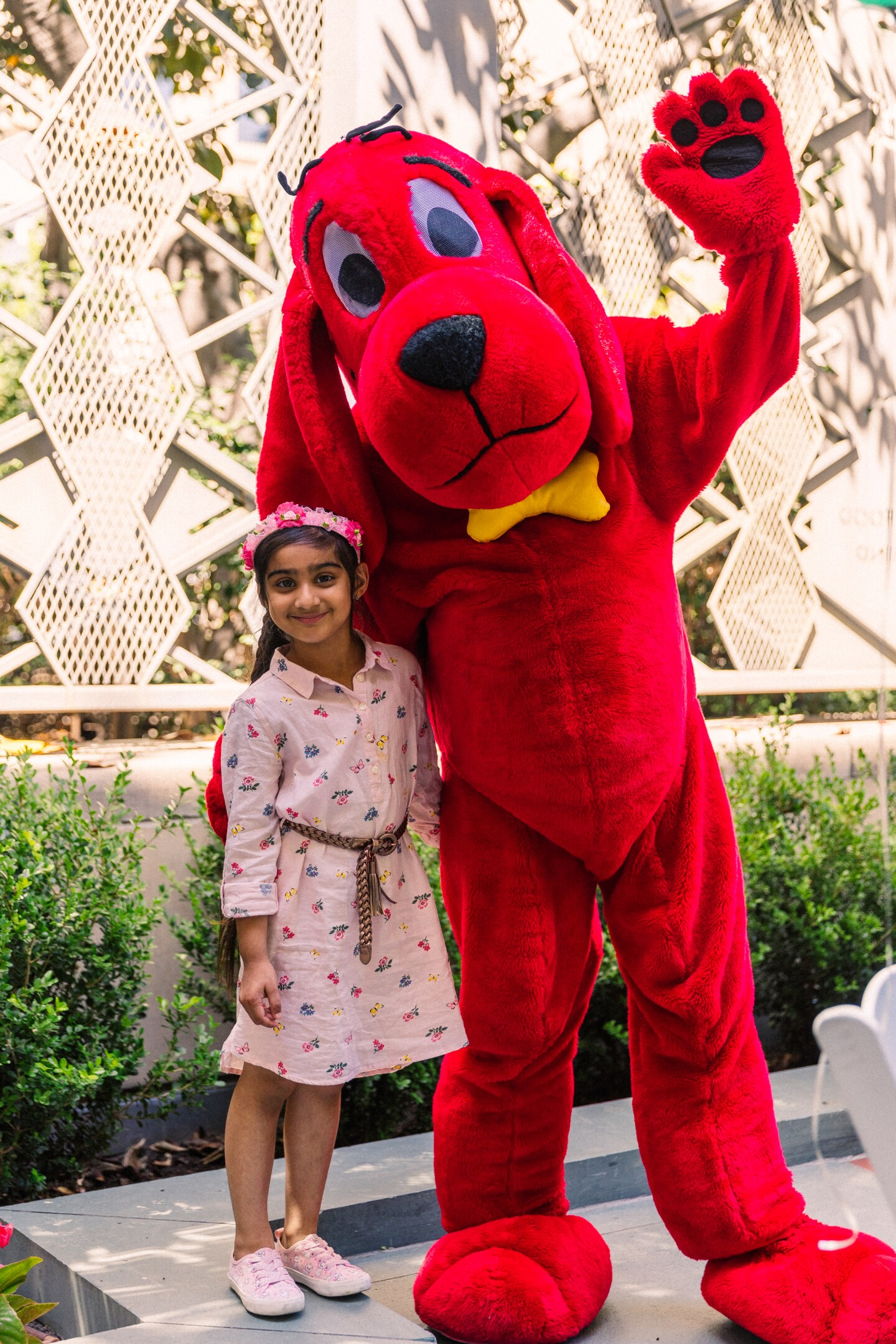 Kindergartener Surveen Singh, who won second place, poses with Clifford the Big Red Dog | Courtesy of Mae Koo Photography