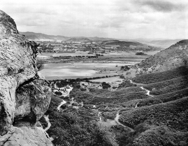 1924 view of Glendale from Bee Rock in Griffith Park. Courtesy of the Title Insurance and Trust / C.C. Pierce Photography Collection, USC Libraries.