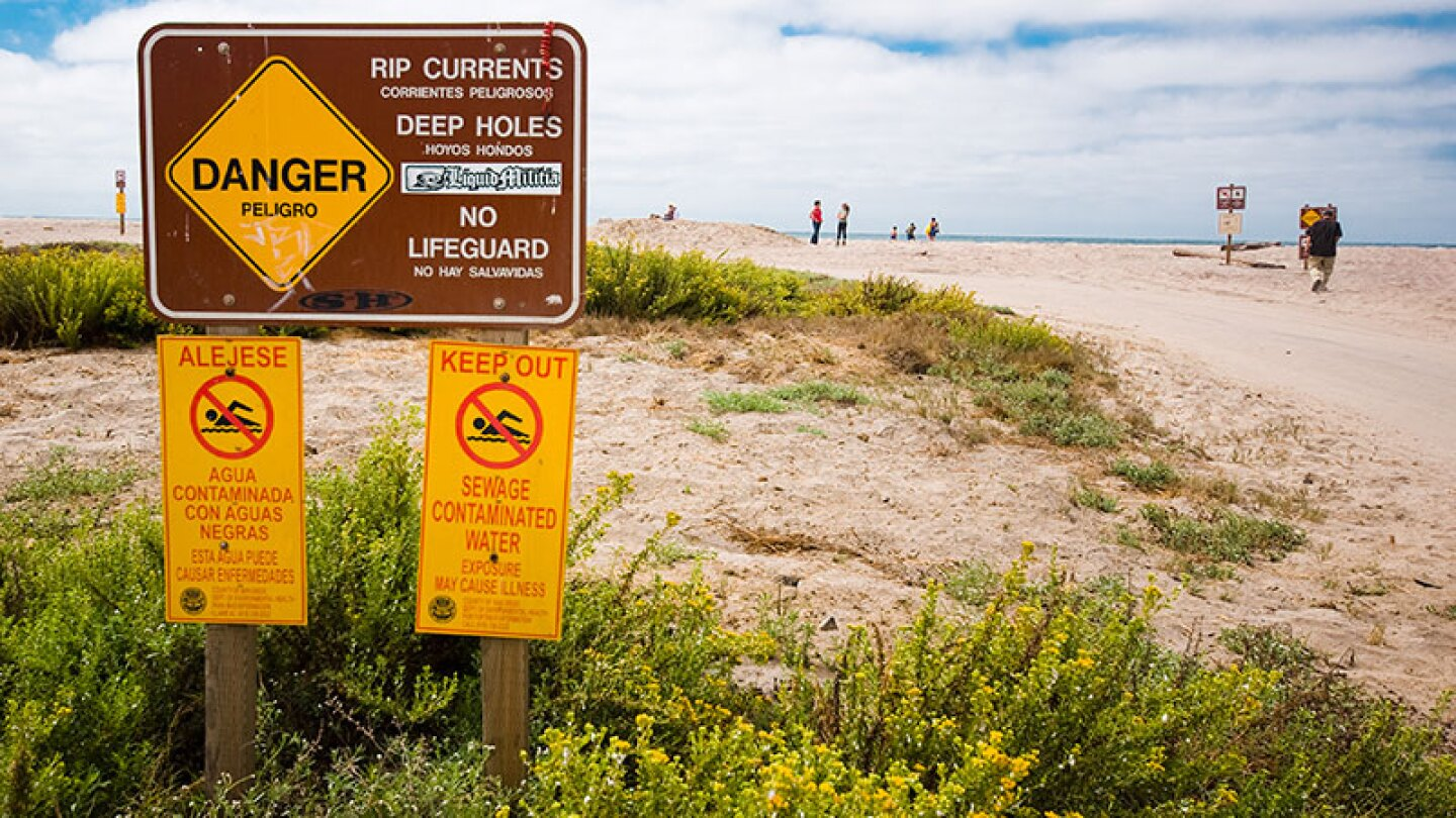 Signs warn of sewage contamination on beach at Border Field State Park | Photo: Brian Auer, some rights reserved