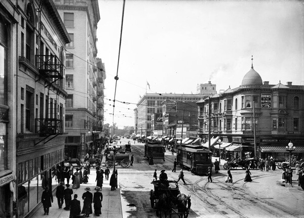 Seventh and Broadway, circa 1910. Courtesy of the Title Insurance and Trust / C.C. Pierce Photography Collection, USC Libraries.