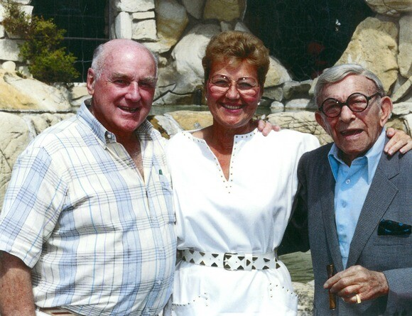 Alex and Phyllis Madonna with George Burns in 1989. | Photo: Courtesy of Madonna Inn.