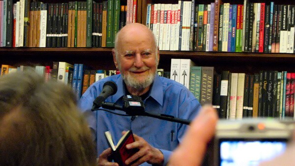 Ferlinghetti at a reading at City Lights in 2007. Photo by user: voxtheory from Las Vegas | Wikimedia Commons