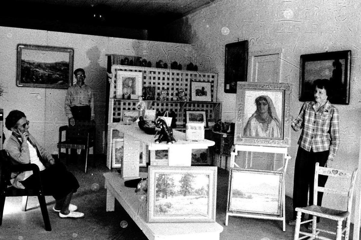 Agnes Pelton, left, visiting a gallery in Cathedral City. | Wilson Ellis Collection of the Cathedral City Historical Society.