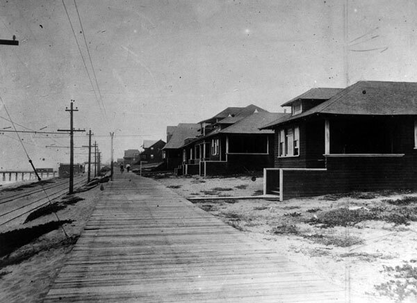 1915 view of the Manhattan Beach boardwalk, today known as The Strand. Courtesy of the Herald-Examiner Collection, Los Angeles Public Library.