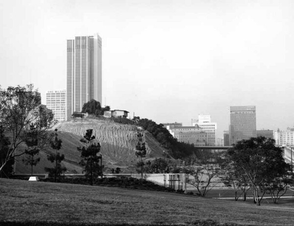 One of the last remnants of the original Bunker Hill in 1968. Photo by William Reagh, courtesy of the California State Library.