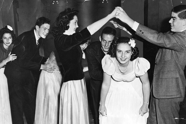 Members of the Senior Assembly, sons and daughters of Long Beach socialites, practice the Conga Chain for their annual Christmas dance at the Pacific Coast Club, 1940s | Photo: Herald-Examiner Collection/LAPL