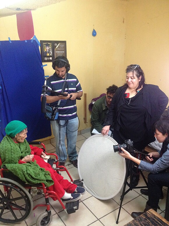 Bustamante and film crew, with Leandra Becerra Lumbreras and family. | Photo: Moises Medina.
