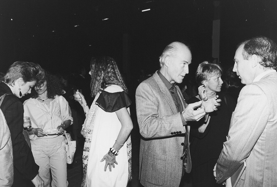 Artist Robert Irwin with writer Lewis MacAdams. | Photo: Garry Winogrand. © The Estate of Garry Winogrand, courtesy Fraenkel Gallery, San Francisco.