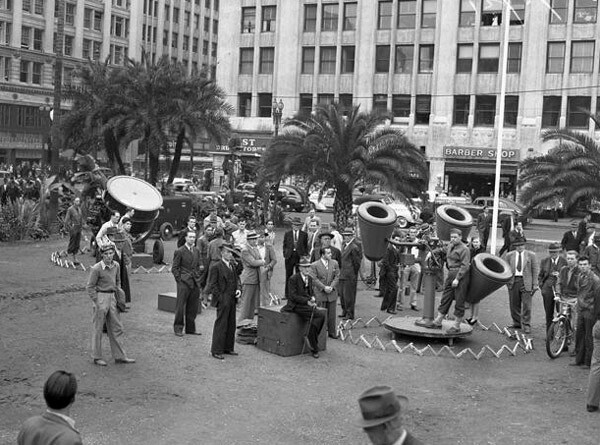 Air raid warning lights were installed in Pershing Square at the beginning of World War II. Courtesy of the Los Angeles Times Photographic Archive, Young Research Library, UCLA. Used under a Creative Commons License.
