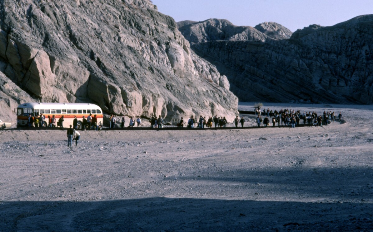 Bus at Box Canyon, Desolation Center: Mojave Auszug, 1984 | Photo by Scot Allen