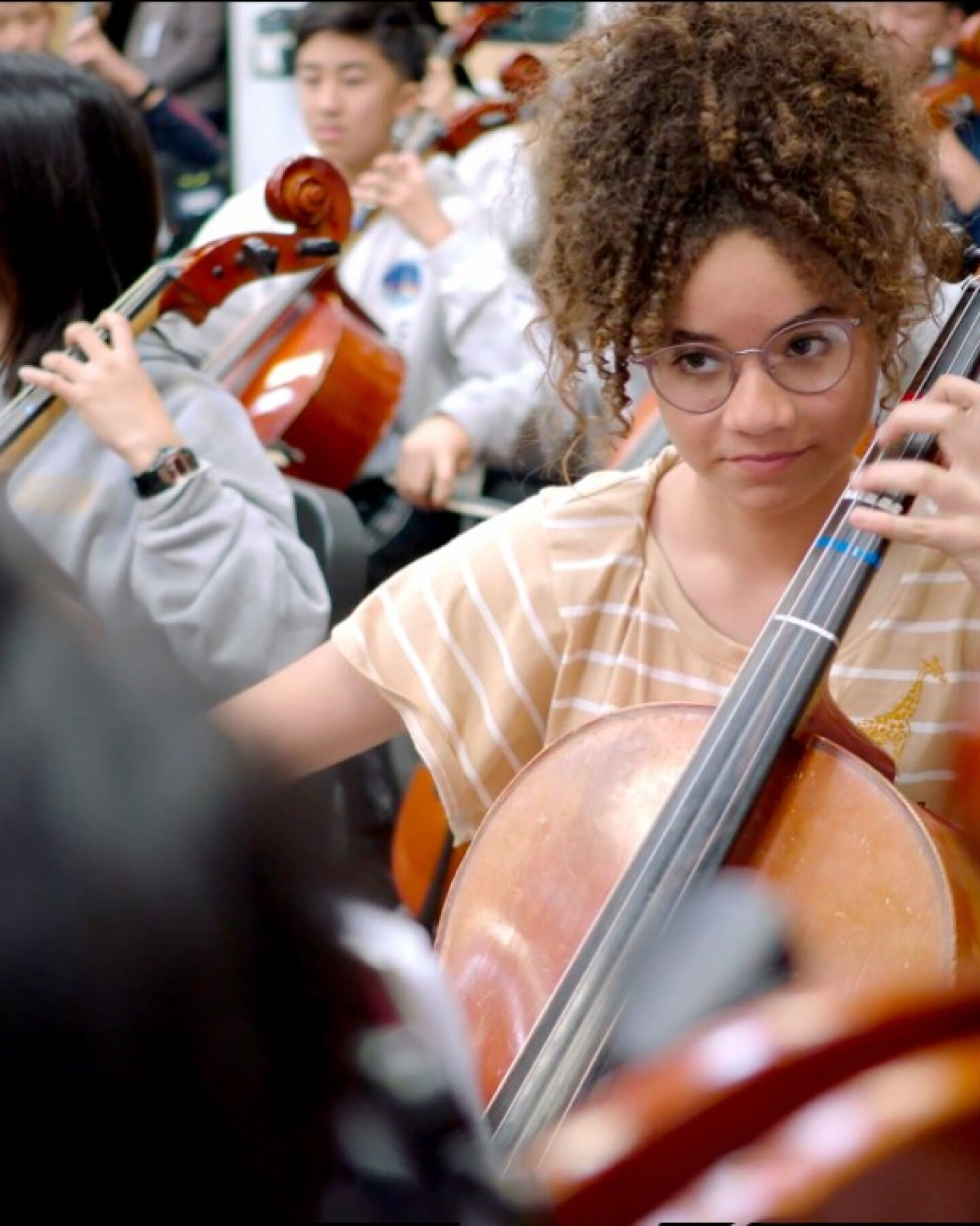 An 8th grade student plays the cello in the Sinfonia orchestra, an ensemble for 8th grade musicians.