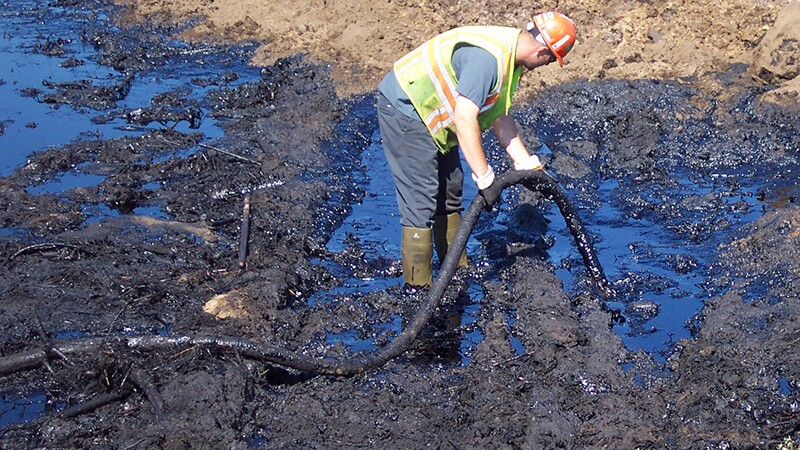 Cleaning up after a major oil spill | Photo: MPCA, some rights reserved