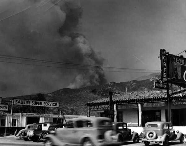 Malibu brush fire seen from across Roosevelt Highway is threatening Malibu Inn and Malibu film star colony, October 28, 1935 | Courtesy of the Los Angeles Public Library