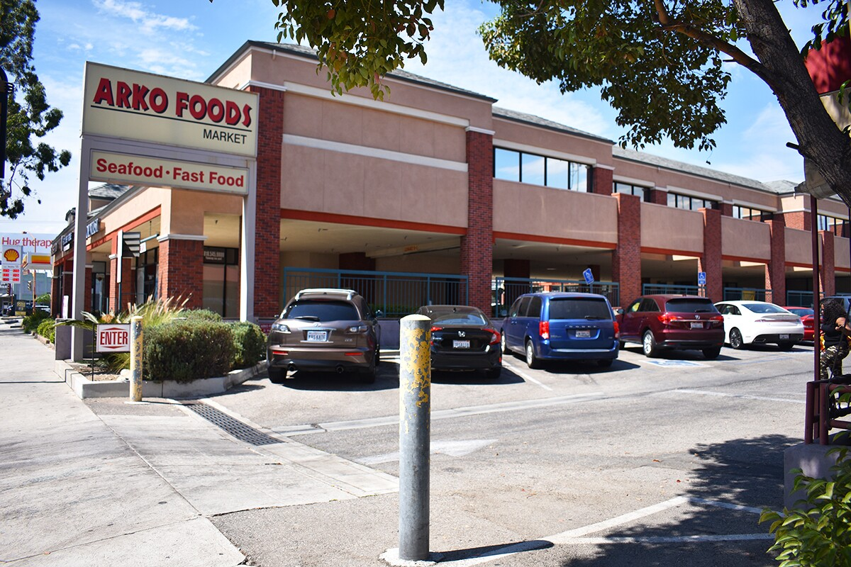 Arko Foods Market's packed parking lot entrance, as viewed from Colorado Street. | Jacqueline Lee