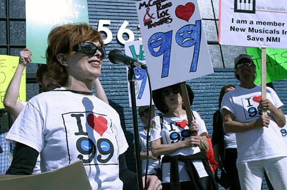 Frances Fisher speaks at Pro-99 rally in front Actors' Equity offices | Enci Box/Bitterlemons.com