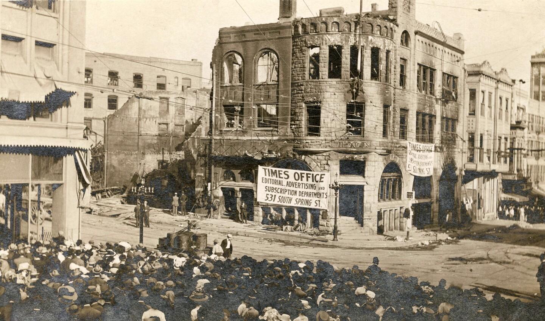 Crowd views bombed LA Times building, 1910