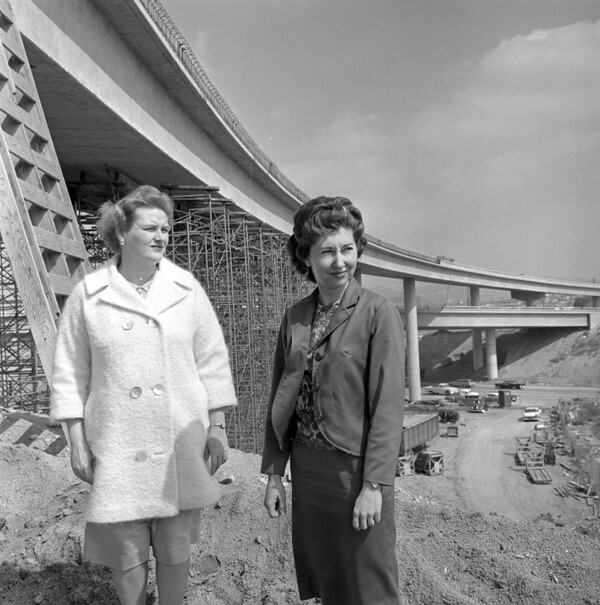 Marilyn Reece (left) with fellow civil engineer Carol Schumacher at the 10-405 interchange, which Reece designed. Courtesy of the Los Angeles Times Photographic Archive, UCLA Library.
