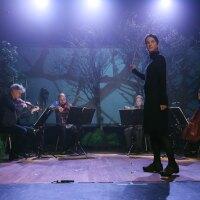 Lisa Bielawa conducts the Kronos Quartet on the set of Vireo