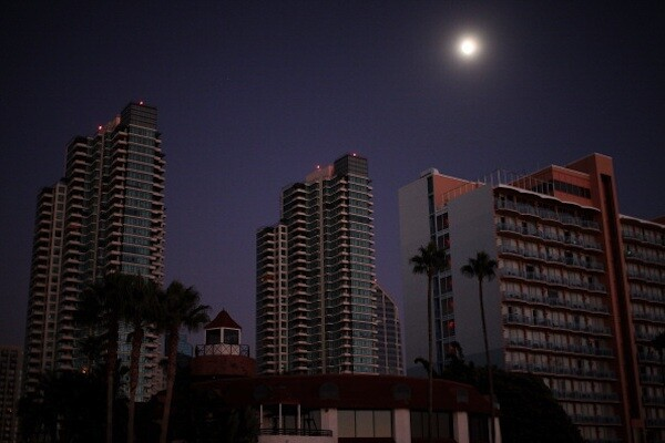 Downtown is dark after a massive blackout hit Southern California in San Diego | Photo by Sandy Huffaker/Getty Images