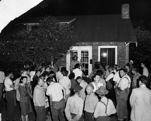 A white mob gathers at 1863 East Seventieth St to protest the sale of this home to a black family in 1949. | Image: Courtesy of Los Angeles Public Library