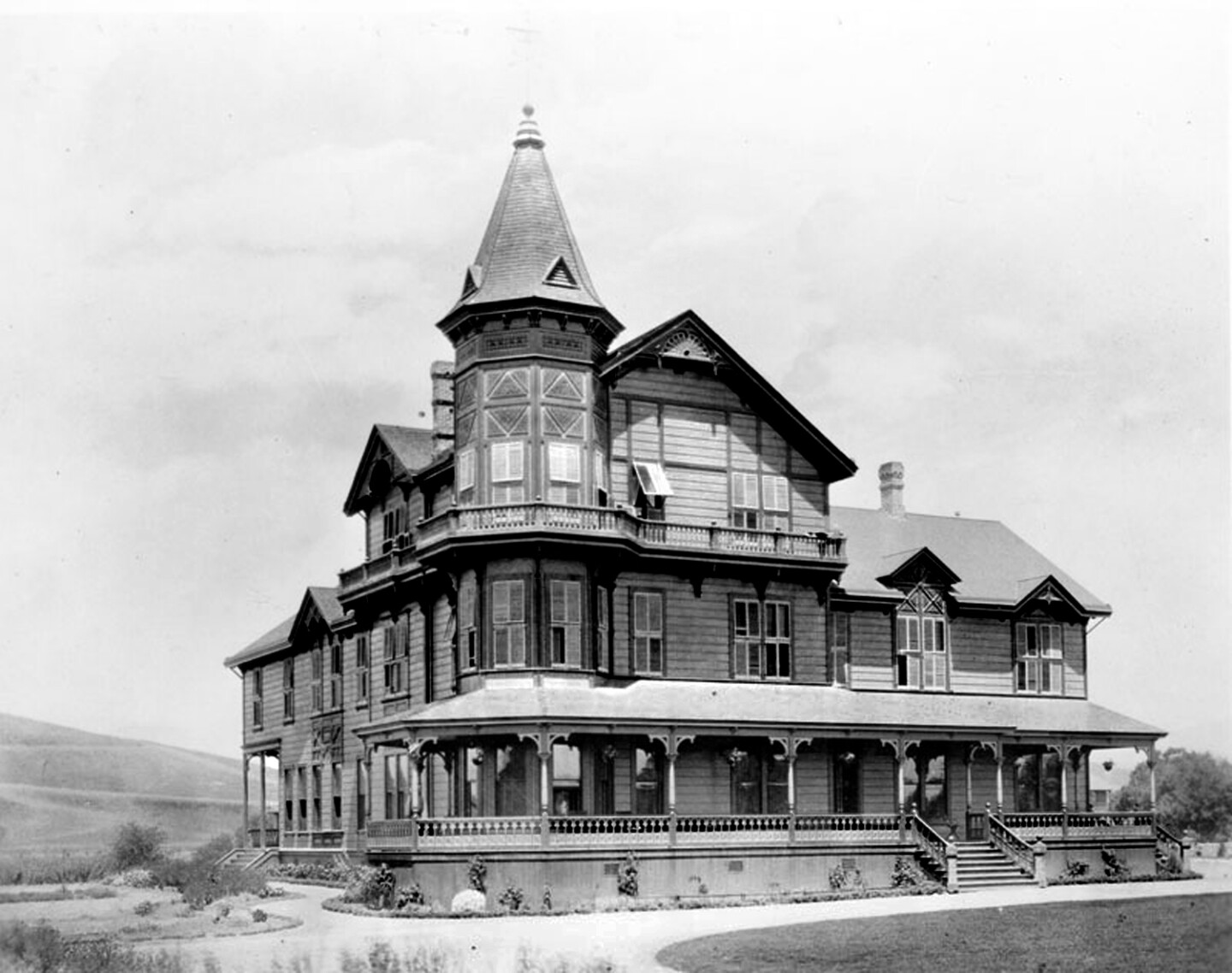 A rambling, wood-framed hotel – often the only building in sight – greeted eager buyers at nearly every boomtime subdivision. Opened in November 1886, the Garvanza Villa Hotel was located at Avenue 63 and York Boulevard.